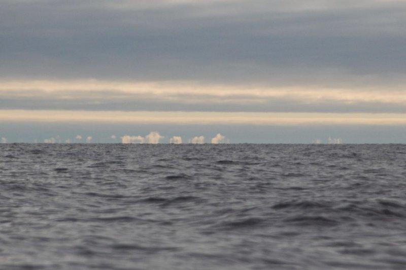 По правую руку от меня вдали появился берег Кольского полуострова. Вхожу в Кандалакшский залив!