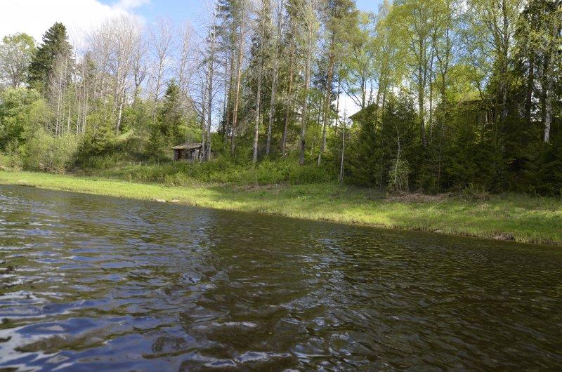 На правом берегу расположена крупная в прошлом деревня Хмелевская.