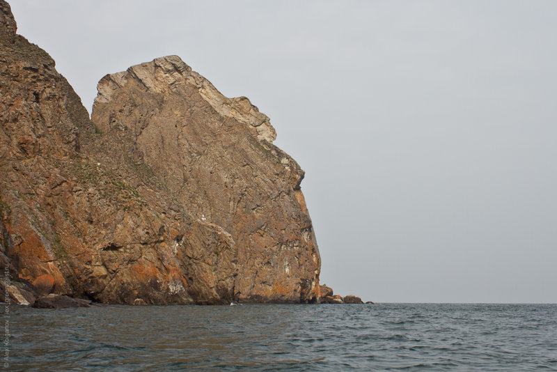 Мыс Хобой. Наверное, единственный мыс на Байкале, одинаково смотрящийся с обоих сторон. В обоих вариантах хорошо просматривается профиль женской фигуры с лицом. У бурят с этим местом связана древняя легенда.