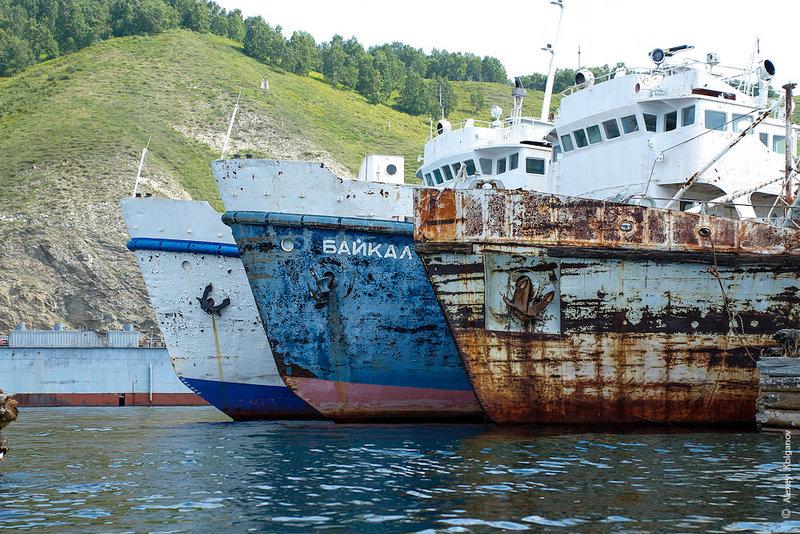 Порт «Байкал» встретил спящими ржавыми кораблями. Людей почти нет, тихо, поселок просыпается. На причале кучка туристов в ожидании «Кометы» (пассажирское судно на подводных крыльях).