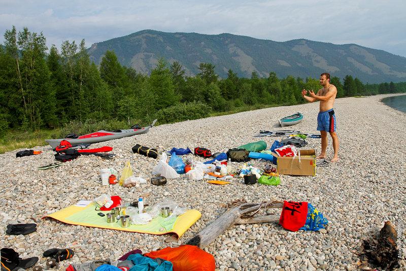 С утра собрали лодки, лагерь, упаковали вещи и после вводного инструктажа вышли в море.По карте выяснили, что стояли перед мысом Тонкий.