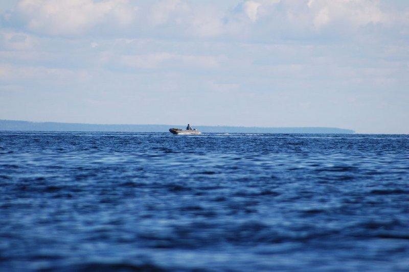 14:15. Причалил к мысу Кортнев. Вышка – это маяк. Рядом деревянная надпись «заповедник». Опять я нарушитель. Причём высадился я на берег на глазах у мужика в моторной лодке. Если это егерь, пусть тоже причаливает. Пообщаемся. Но моторка опять проплыла мимо.