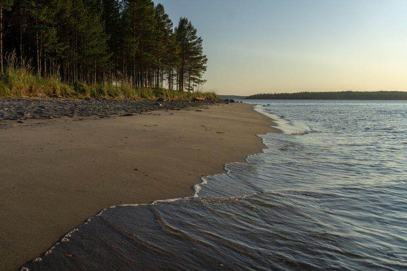 Я очнулся только, когда понял что наступает вечер и пора идти дальше. Я пошел наугад между островами и хотел пройти дальше, но встретил такую шикарную стоянку с пляжем, что просто не смог на ней не оставиться. Этот день получился настолько насыщенным на эмоции и что я недолго погулял по пляжу и лег спать. День пятый.