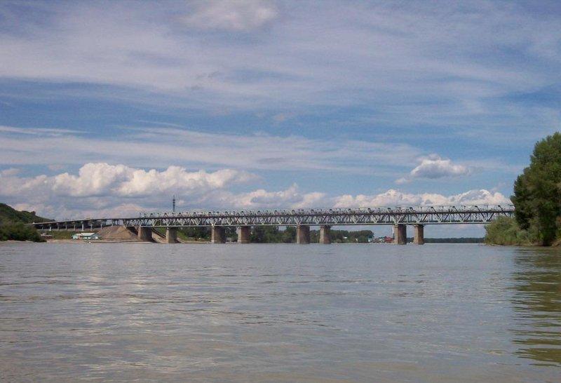 Справа железнодорожный мост, нам туда.
