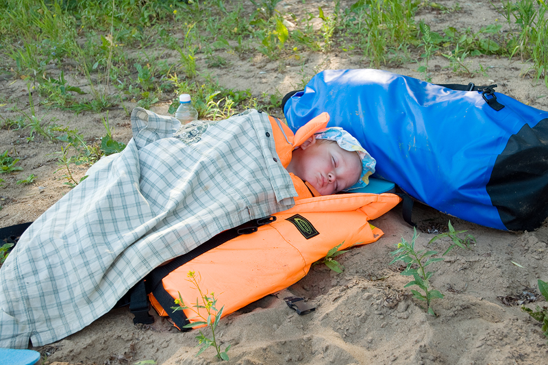 К тому же младшего матроса одолела морская болезнь. Если дома его было не уговорить на послеобеденный сон, то в лодке он мгновенно засыпал под палящими лучами полуденного солнца. Приходилось искать тенистый бережок и охранять его сон.
