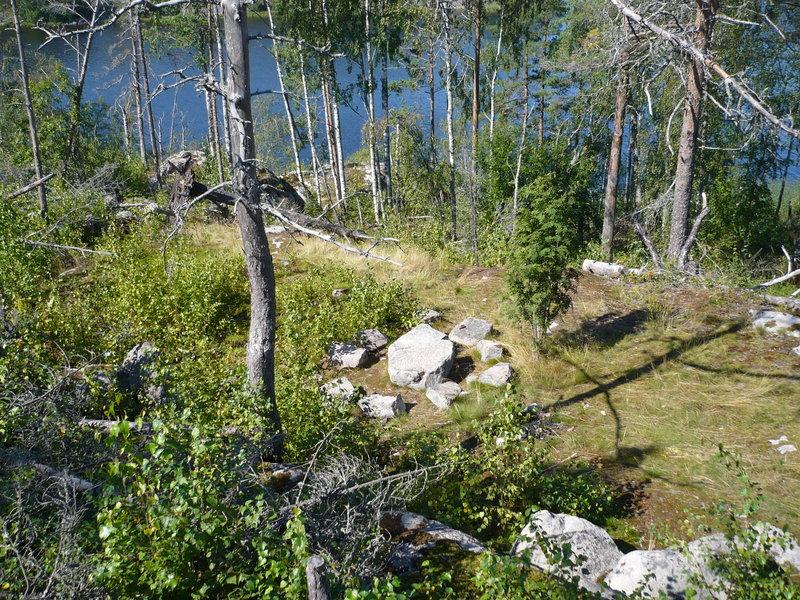 о. Шапка Мономаха (о. Ланнасаари). Говорят что здесь было место сходок древних карел. Остров недавно горел. Видел фотографию этого места, сделанную несколько лет назад. Вокруг был густой лес.