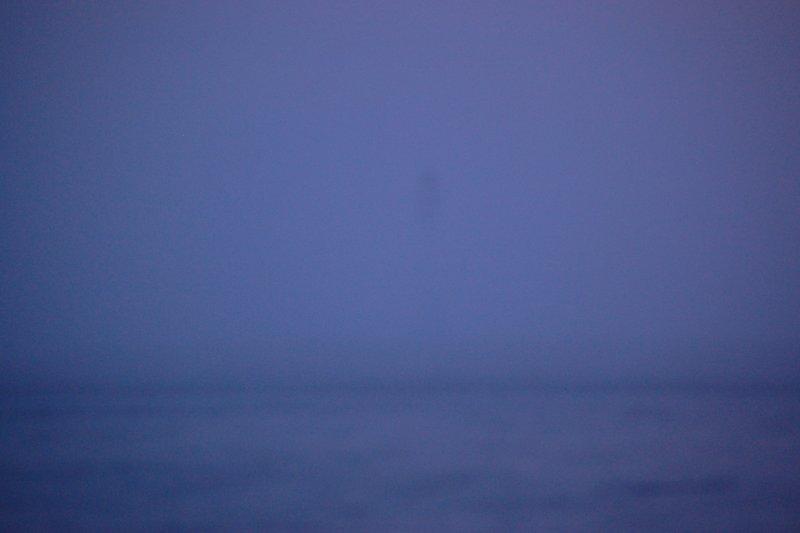Маяк на Большом Топе в тумане. До него 473 м....