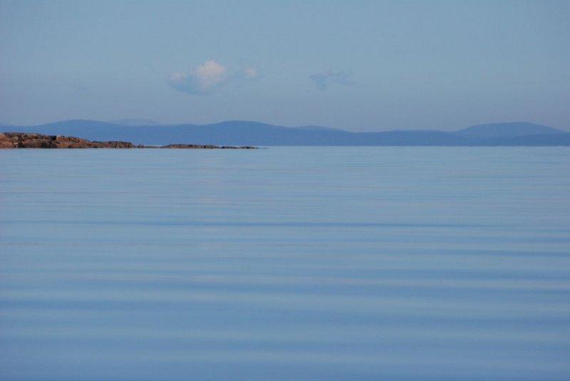 Грести почему-то очень тяжело, весло буквально из рук вываливается. Видимо не проснулся ещё. Всё-таки зарядку по утрам в походе надо внедрять. Но скорость в 6 км/ч держится постоянно. Бывает, что довольно долго иду со скоростью 7 км/ч. Для меня и моей лодки это вполне приличная скорость.   На отмелях вблизи островов на дне видны морские звёзды.