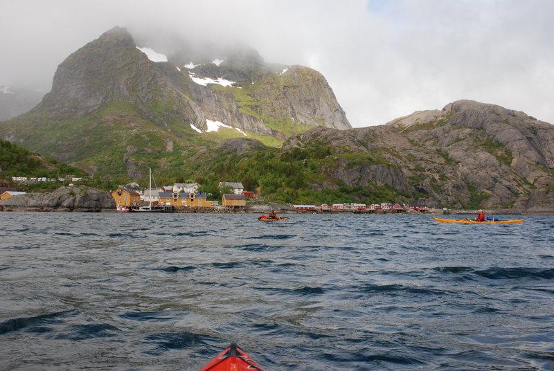 Мы с Костиком в это время решаем подождать ребят на выходе.  Костик: Если бы знал, что там рыбацкая деревня Nusfjord, то тоже бы обязательно пошел смотреть. Это старейшая Норвежская рыбацкая деревня на Лофотенских островах - жемчужина, лежащая среди гор и фьордов.