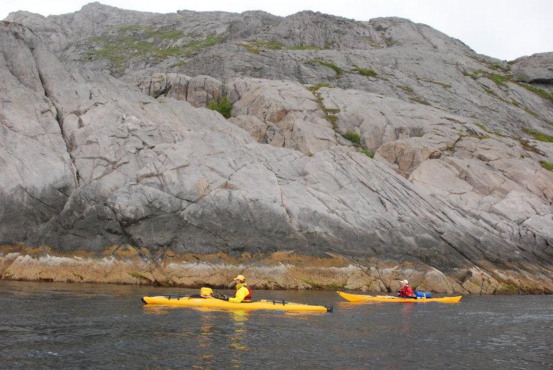 Сразу за скалой, на которую мы метили, расположен ещё один небольшой фьорд, на входе буквально 100 м в ширину. Заворачиваем туда для осмотра каких-то достопримечательностей.