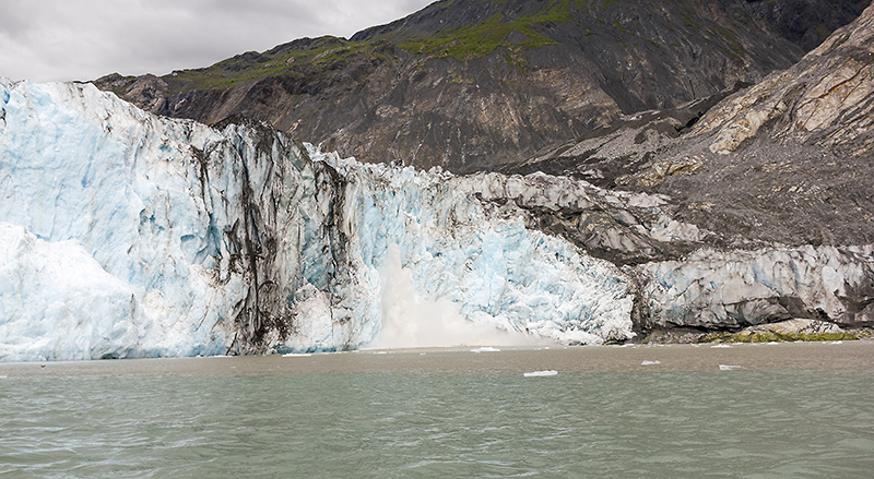 Больше никуда не успеваем. Ледник трещит, ухает и активно двигается, сбрасывая глыбы льда в залив. Происходит это не по всему леднику, а в двух местах, которые легко вычислить по синеватому чистому льду. На неактивной поверхности гораздо больше грязи. К вечеру обнаружилось, что сгорела морда лица. Никогда бы не подумал, что такое возможно на Аляске. Страна сюрпризов - когда я впервые увидел тут дикобраза, тоже был в шоке (с раннего детства мы все знаем что дикобразы с мауглями проживают исключительно в Индии).   Пройдено 10 км.