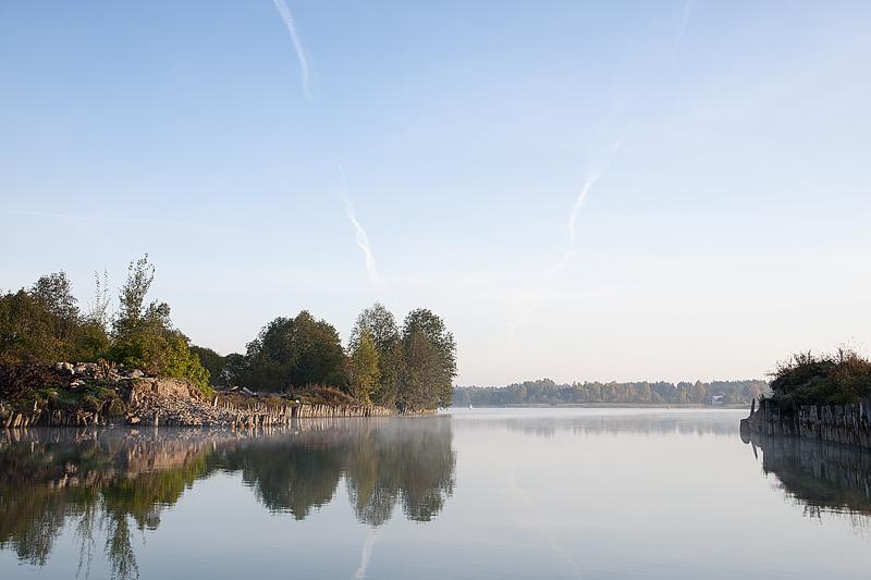 Выход из Топорнинского канала в Сиверское озеро. Еще штиль, природа только просыпается.