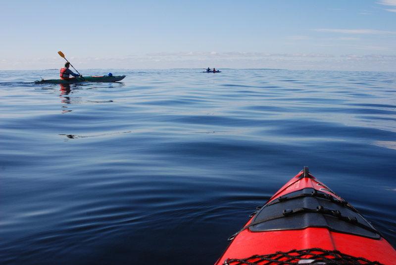 Повернувголовы направо мы любовались чрезвычайно живописной Порьей губой. В ней россыпьмелких островов на разном расстоянии от нас и синие горы на горизонте.