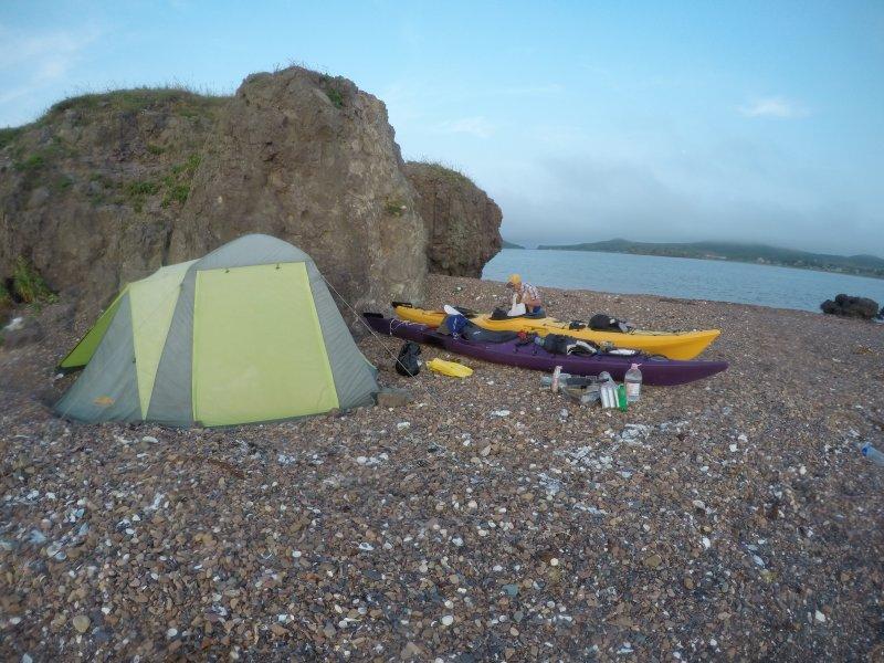 Решили тут поставить лагерь и на следующий день перейти на о.Рейнеке. Спрятались от ветра за каменной стеной