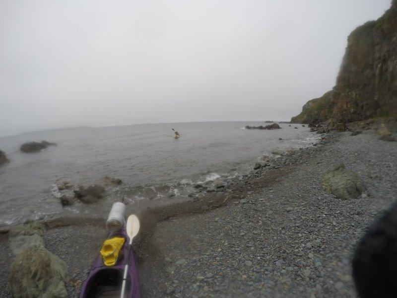 Место нашли не сразу, пришлось побороться с ветром. И вдоль острова не везде удобно выйти на берег, так как била волна