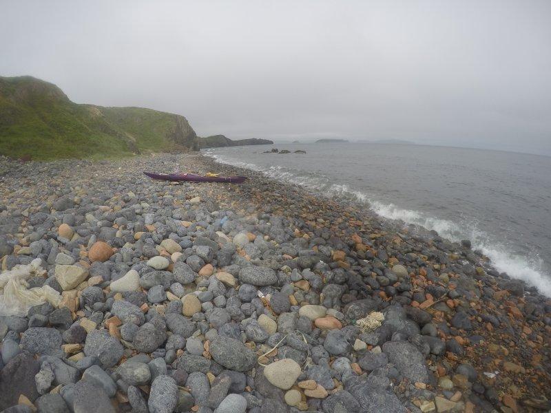 Меня перевернуло при выходе на берег. Оставили каяки отправились пешем. Поднялись на сопку. За мысом раздувало. Решили идти обратно в лагерь тем же путём