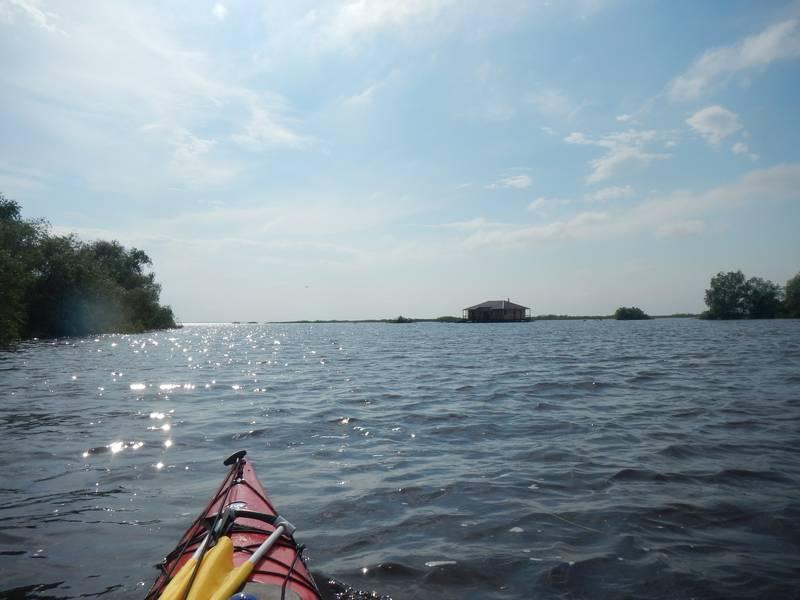 Однако, погрести на протяжении Мсты и Копки мне пришлось от силы пару километров. Все остальное расстояние я прошел под парусом и вышел к слиянию Копки и Мсты, которое сейчас фактически идентично озеру.