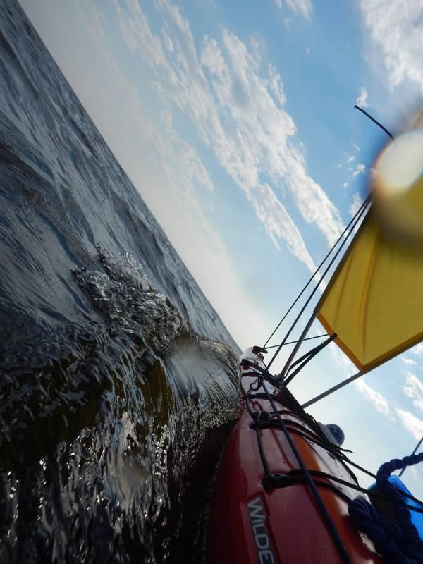 """Постепенно раздуло. Ветер крутился в секторе северо-восток-север. Поднялась рваная короткая волна.Пару раз перекатило по всей длине лодки. Разок """"засерфил""""... Неприятно, но берег все ближе и ближе."""