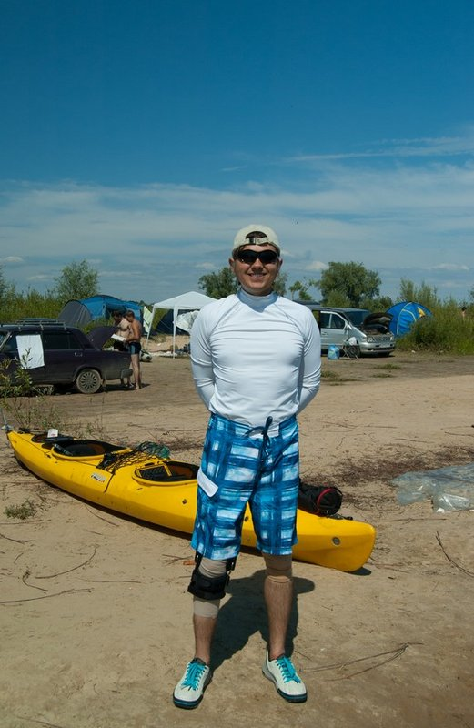 Это я. На правой ноге ортез. Недавно перенёс операцию по аутопластике передней крестообразной связки колена. Пока должен ходить с этой железякой.