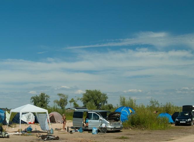 Многие приезжают с ночевой с палатками и шатрами.