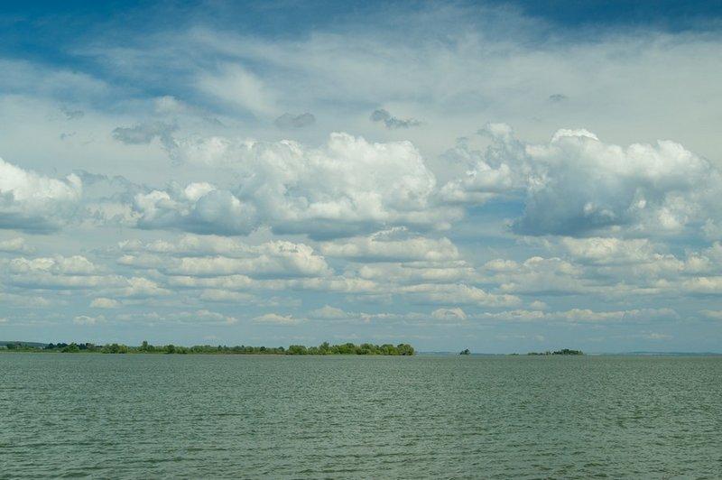 Вид с берега. Плывём туда...- Всю нашу поездку нас сопровождали очень красивые облака. Облака были везде!!!