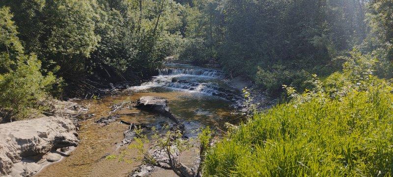 По шуму воды нахожу на правом берегу каскадный водопадик на реке Гремячая.