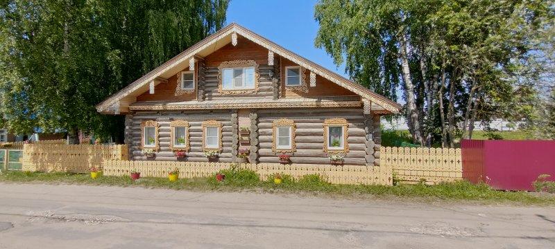 Сама Нюксеница в основном стоит на холме, в стороне от реки. По дороге в магазин обратил внимание на этот дом.
