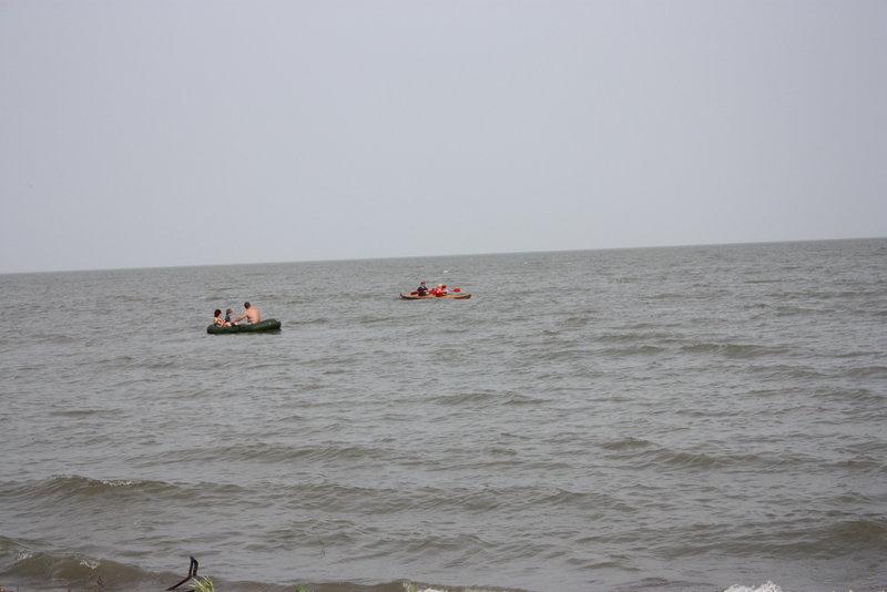Дул сильный ветер, но на какое-то время он затихал и мы успели отойти от берега.