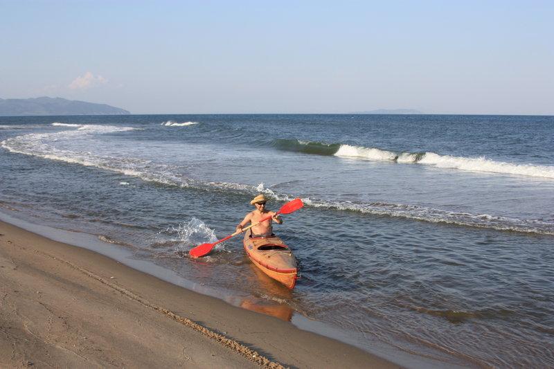 Волна набила отмель вблизи берега и там получился такой канал, по которому неслось сильное течение.