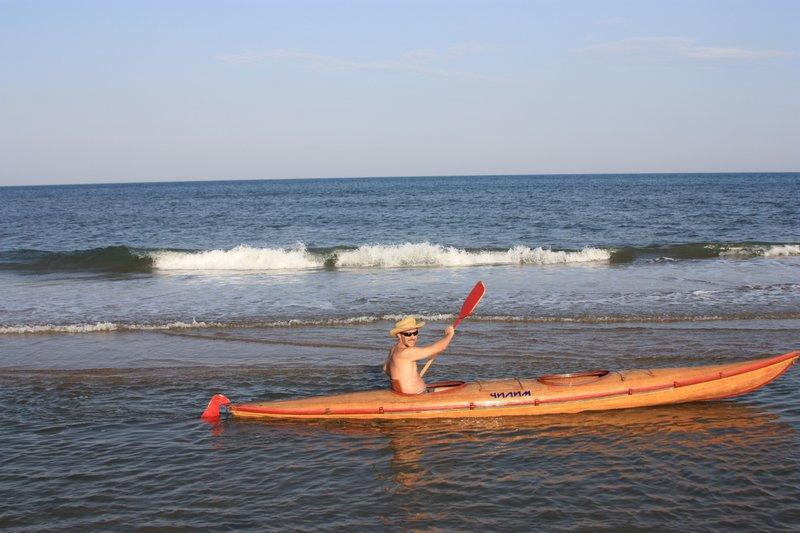 Должен признаться, что когда к течению добавился еще и ветер, я не смог ему долго противостоять и меня потащило вдоль берега прочь.В полчаса я полностью измотался и вернулся домой бурлаком, таща лодочку на поводке.