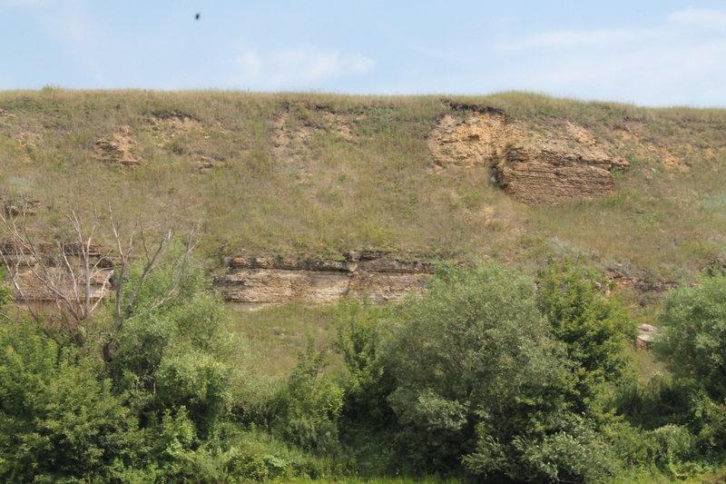 Берега вдоль реки сплошь в каменистых породах, Юрий сказал что это, так называемый ракушечник.