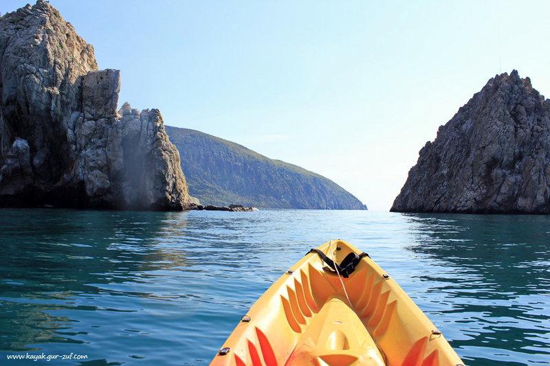 Адалары - в переводе с крымско-татарского, название означает буквально «острова»Высота островов — 35 и 48 метров, расстояние между ними около 40 м. Глубина моря у основания островов колеблется от 14 до 38 метров. Являются заповедником с 1966г.
