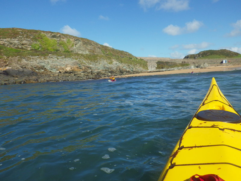 Уже веселее. Небольшая прогулка перед серфингом (после серфинга обычно сил не остается). Бухточка, где проводится Англсийский симпозиум по морскому каякингу. Волны в море хорошие два метра. Кайф.