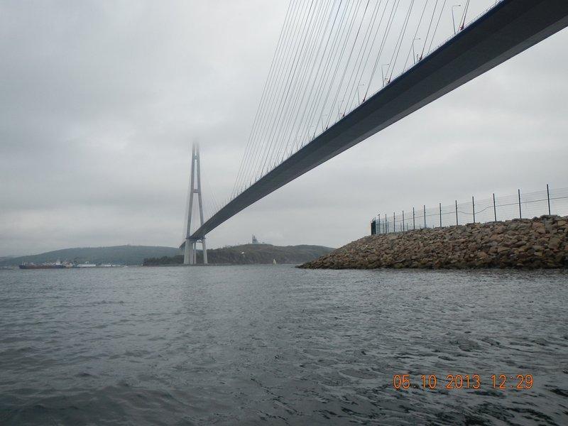 Первая остановка примерно в 12:00 у Русского, под пилонами моста. Второй завтрак, несколько фото, отдых и в 12:40 пошел на Скрыплёв.