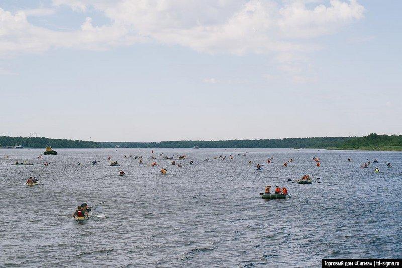 Первые пол часа около сотни разных судов, хаотично распределившись по всей ширине реки, идут большой толпой. Потом вся масса растягивается, и рядом со мной идёт пара-тройка экипажей, гребущих в том же темпе.