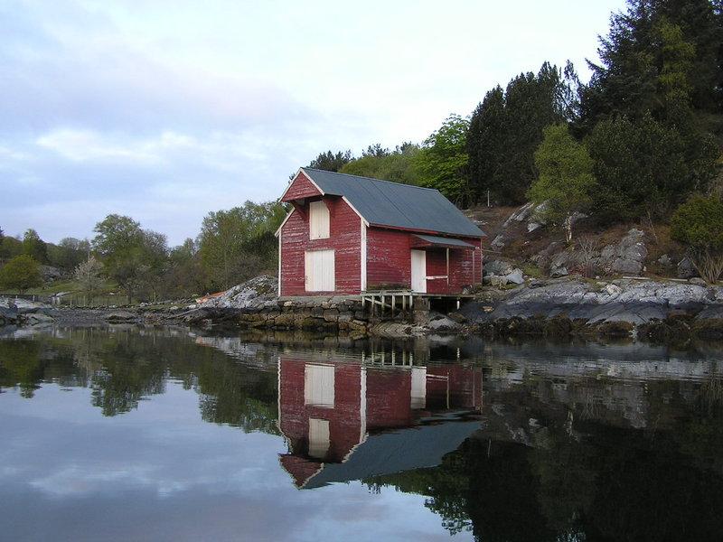 Местный норвежский морской сарай - стоит прямо у воды, под коньком бревно-ворот с намотанным тросом и крюком для подъёма груза с лодки.   По такому же дизайну строят новые, но используют как дачи.    Этому сараю вполне может быть уже лет сто.