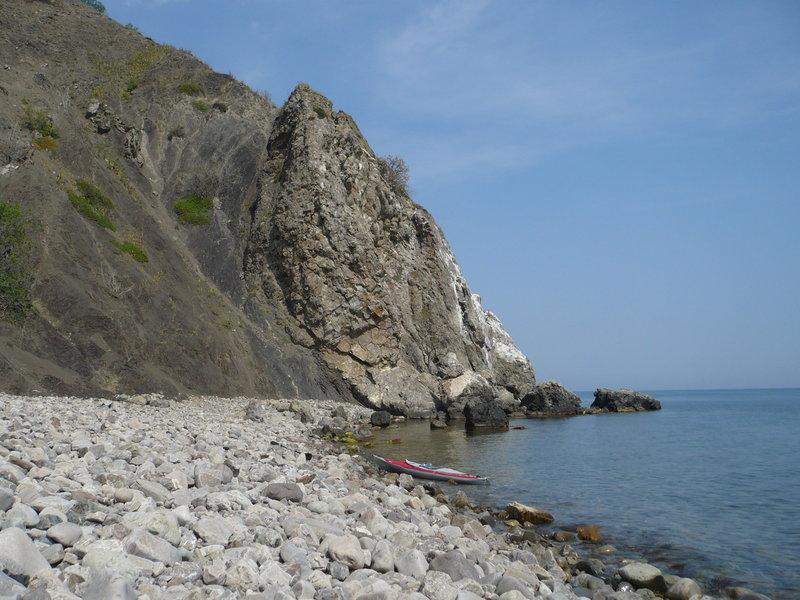 В первой бухте одни крупные камни, тут палатку не поставить.