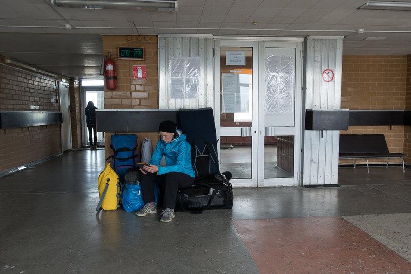 Нам выписывают квиток на оплату 89 килограмм перевеса (по 27 рублей за килограмм), и, заплатив в общей сложности около 8 тысяч рублей, мы садимся ждать отправления. Кстати, с начала июня, когда мы звонили в Ловозеро в первый раз, нам не раз сообщали, что планируется введение коммерческого тарифа для туристов, около 12-14 тысяч рублей. Мы были морально и материально готовы, но бюрократические проволочки, видимо, застопорили процесс на какой-то стадии, и за неделю до вылета нас уверили, что цены не вырастут.Из хороших новостей: почти все летят в Сосновку, и это будет первой точкой остановки вертолёта, обычно это последний пункт и мы были готовы трястись часа 4 с остановками.